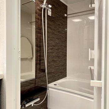 便利な浴室乾燥機付き。大きなシャワーヘッドも嬉しい。