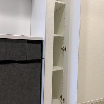 キッチン横の棚は食器棚として使えそう。