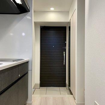 玄関を開けるとすぐにキッチンがあります。