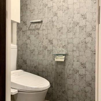 トイレにもアクセントクロス。収納棚も付いてます。