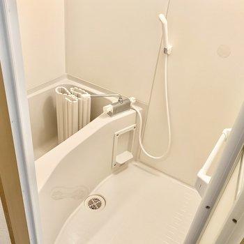 お風呂はシャンプーラックあると便利です。