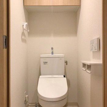 上の収納にトイレ用品が収まります◎