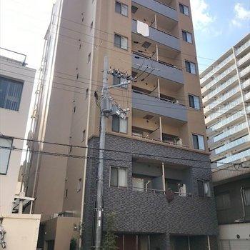 1階部分にサロンが入っている建物。