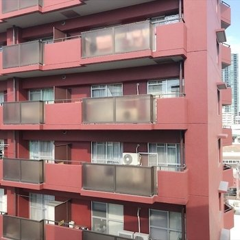 赤いマンションが見えますね〜