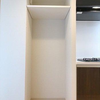 キッチンのお隣に冷蔵庫置場。