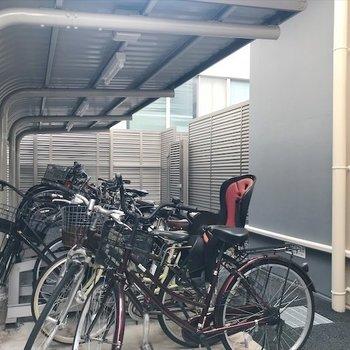 駐輪場は建物の裏にあります。