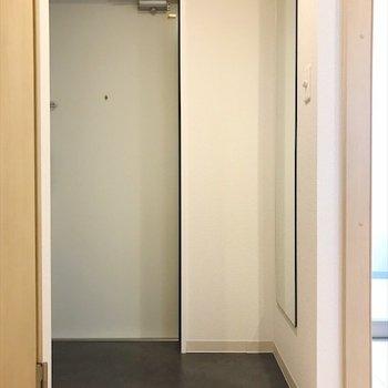 玄関の全身鏡で、身だしなみチェック◎