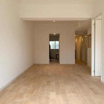 奥には洋室や廊下、キッチンがあります。※写真は工事中のものです。