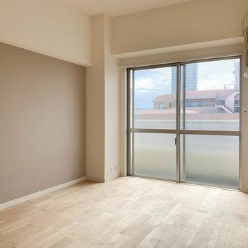 ベランダ側、共有廊下側にそれぞれ居室があります※写真は工事中のものです。