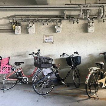 【共用部】駐輪場は駐車場のはじっこに設けられています。