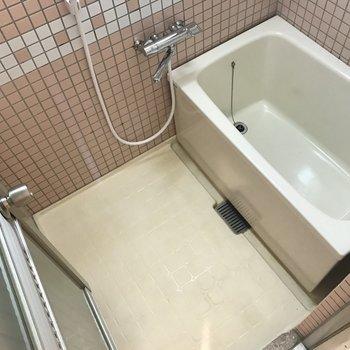 左がお風呂。なつかしいタイル張り。