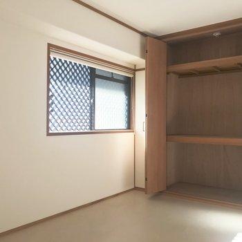 【洋室6帖】小窓は廊下に面してるんですが、ロールカーテン、ご用意してますので!