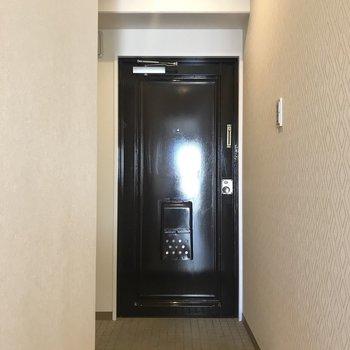 玄関は狭すぎないコンパクトさ。