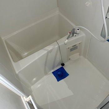 シンプルなバスルーム。鏡付き◎(※写真はフラッシュ撮影しています)