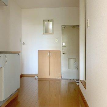 玄関側のスペースは広々♬左奥に洗濯機を置けます。