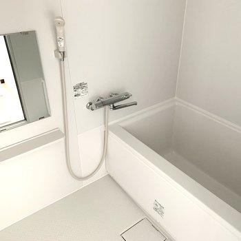 浴室もシンプルですが、新しく綺麗な設備。浴槽もゆったりサイズです。