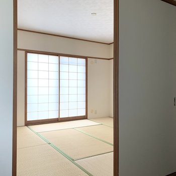 【和8】廊下をはさんで水廻りの向かいに和室が。