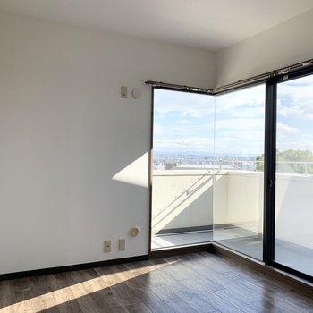 【洋6R】こちらの窓からの景色が、気持ちいい!見晴らしの良い部分が切り取られるように窓が配置されています。
