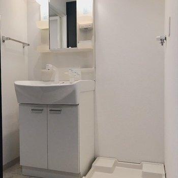 洗濯置き場は洗面台のお隣に。