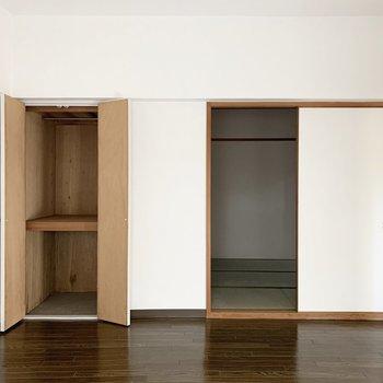 【洋8】ハンガーパイプ付きの収納と、和室に続く引き戸があります。