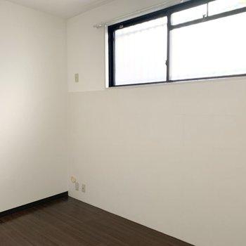 【洋6】写真では分かりにくいですが、窓の下はタイル調に。