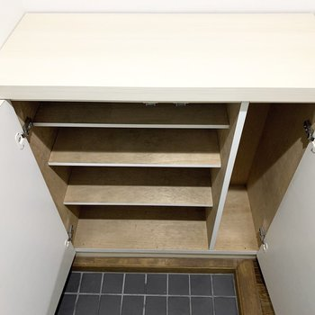 シューズボックスはファミリー使用には少しコンパクト。上の空間も活用しましょう。