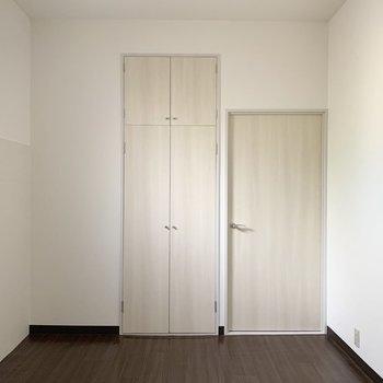 【洋6】こちらのお部屋も収納付き。