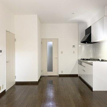 窓の対面はキッチンとドアが二つ。