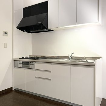 清潔感のある広々キッチン。