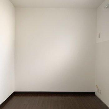 【洋6】高めの窓からゆったり明かりが入る洋室です。
