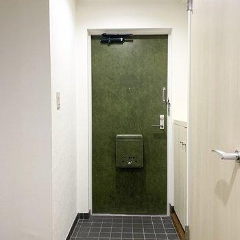 玄関は扉の色が素敵ですね。