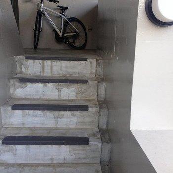 お部屋までは階段で上がります。