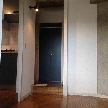 左の段差はキッチン。奥の段差は※写真は3階の同間取り別部屋のものです