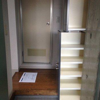 横に引き出し型のシューズストック有り。※写真は3階の同間取り別部屋のものです