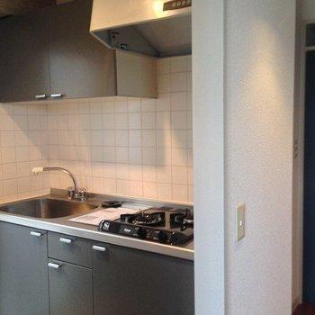 使いやすそうな二口ガスコンロのキッチン。※写真は3階の同間取り別部屋のものです