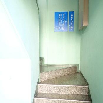 色合いがレトロな階段