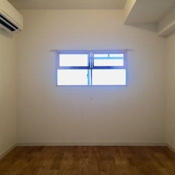 【洋室】かわいい小窓付きです。