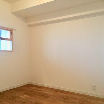 【洋室】寝室も無垢床のいい香り。ゆっくり眠れそうですね。