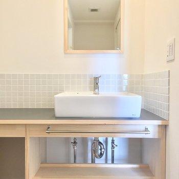 洗面台は横に洗面グッズも置けそうな作りが嬉しいですね。