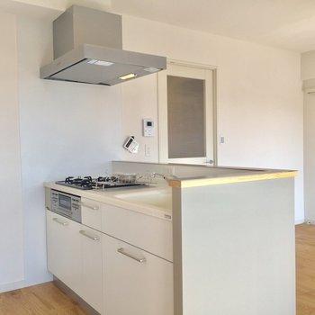 【LDK】キッチン周りもゆったりしています。※写真はクリーニング前のものです