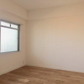 【洋室➁】玄関近くのお部屋です。6.5帖ほど。