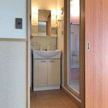 その隣の上がったところに脱衣所。独立洗面台で朝の支度もラクラクです。