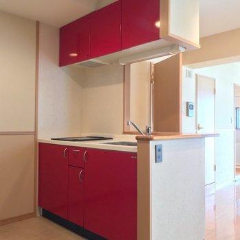 キッチンは1段上がったところに。冷蔵庫は背面に置けますよ。
