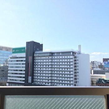 川を挟んでアクロス福岡がちらり。素敵な立地です。