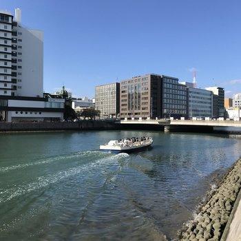 目の前は那珂川。あの船乗ってみたいなぁ。