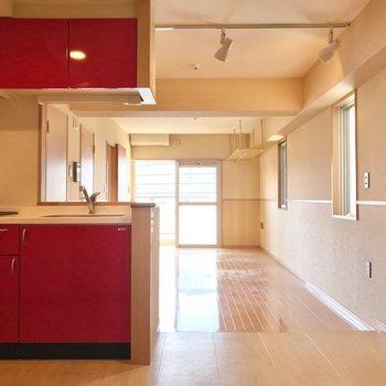 玄関入るとこの景色。真っ赤なキッチンがお出迎え。