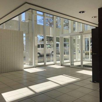 共用部は美術館のようなスタイリッシュ空間。