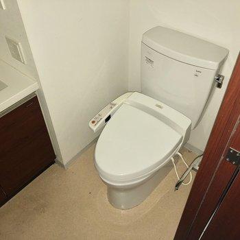トイレは脱衣所右奥。洗面台が近いのですぐ手が洗えますね。※写真は通電前のものです