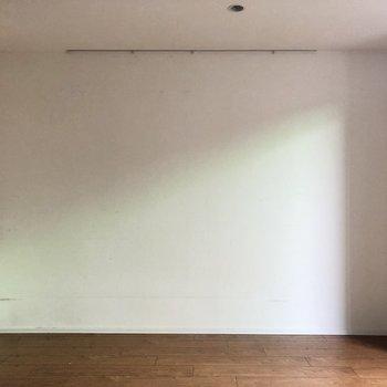 テレビは写真奥の壁沿いに置くのが良さそう。