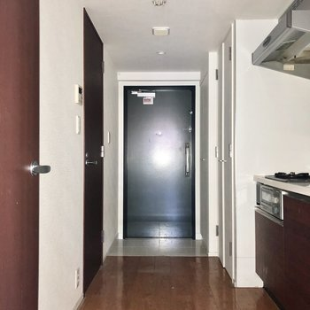 玄関は靴の脱ぎ履きがしやすい広さがありました。※写真は通電前のものです